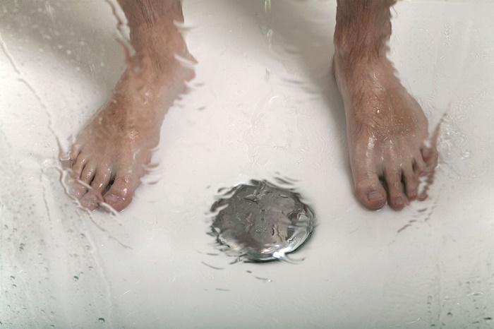 orinar-en-la-ducha-pies