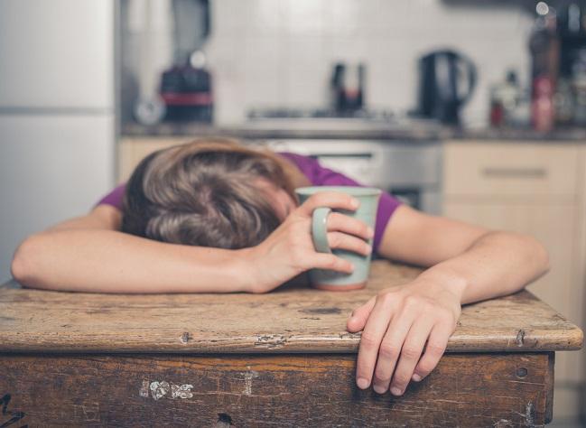 Mujer con cansancio después de comer