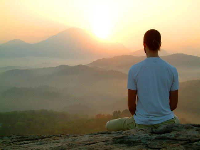 Hombre meditando para alejarse de las energías negativas