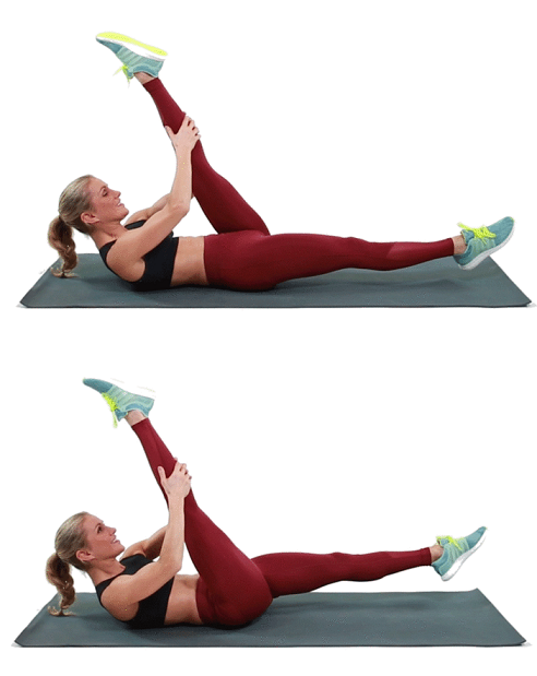 Mujer joven realizando ejercicios sobre una colchoneta