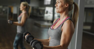 Mujer madura haciendo ejercicio para adelgazar los brazos