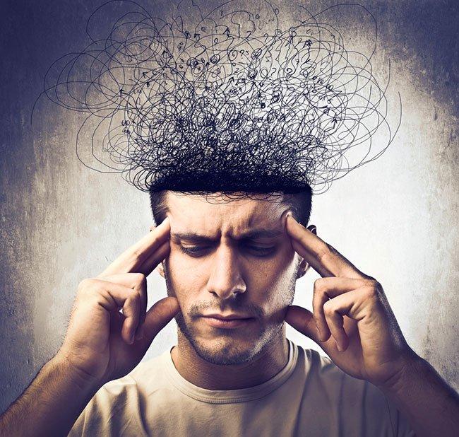 Hombre haciendo frente a la pérdida de energía por estrés