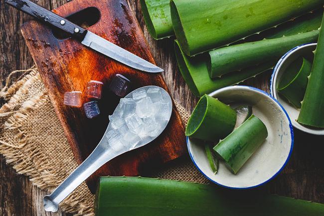 Ingredientes sobre una mesa para preparar una mascarilla para las pestañas