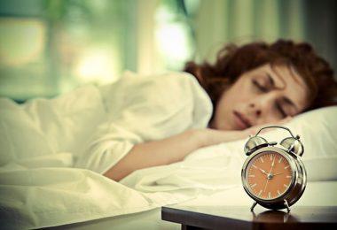 Mujer durmiendo unos 20 minutos de más