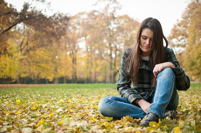 mujer en el parque que padece depresión