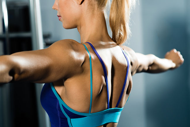 Mujer realizando ejercicios para tonificar su espalda