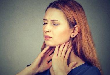 Mujer que padece la enfermedad de hashimoto