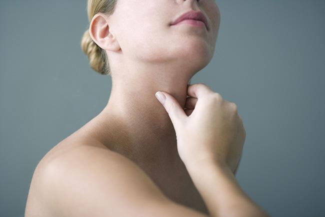 Mujer con tiroiditis crónica e inflamación en la zona de la garganta