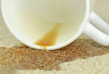 Mancha en las alfombra por caiída de café