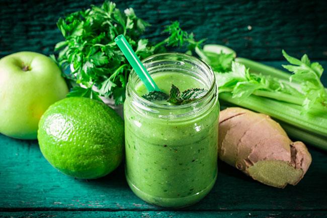 Un delicioso jugo verde preparado con verduras y frutas