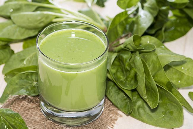 Un jugo verde con acelga y otros alimentos verdes