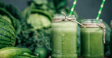 Unos deliciosos jugos verdes recien preparados y puestos en jarras
