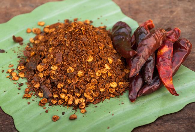 Polvo de pimienta de cayena extraído de las hojas secas