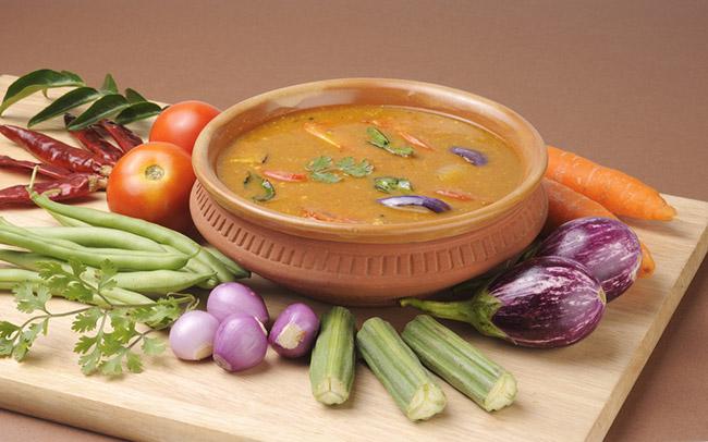 Un plato de sopa con ingredientes saludables y pimienta de cayena