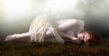 Mujer que reconoce sus errores y puede perdonar