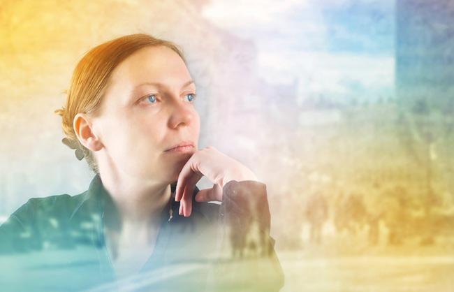 Una mujer meditando en sus errores para poder perdonar