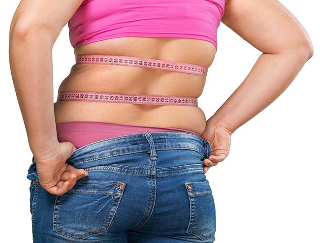 Mujer con grasa en la cintura y espalda