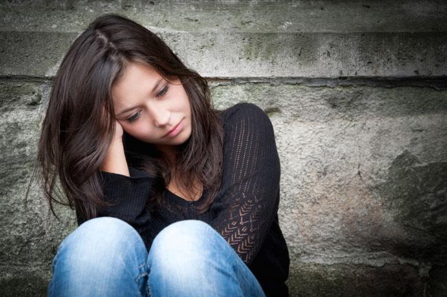Una chica joven que padece sentimientos de culpa y depresión posparto