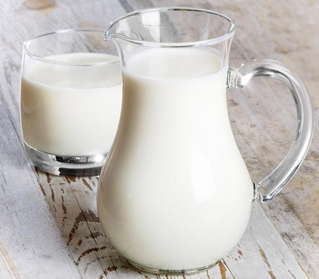 Una jarra con leche para preparar un remedio casero para eliminar los callos