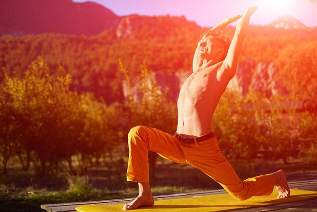 Un hombre joven realizando ejercicios al despertar