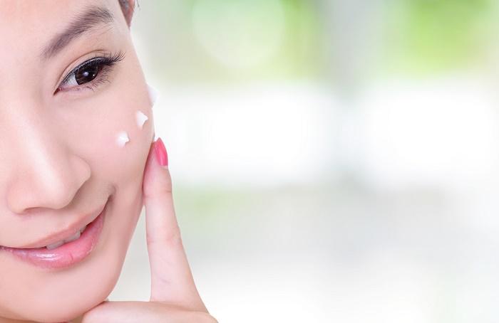 mujer japonesa luce delgada y joven