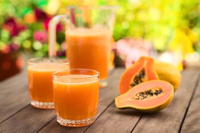 3 vasos de jugo de papaya sobre una mesa
