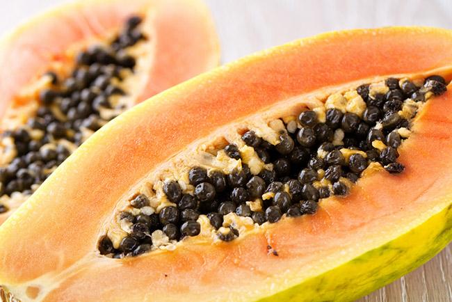 Una papaya madura con sus semillas negras