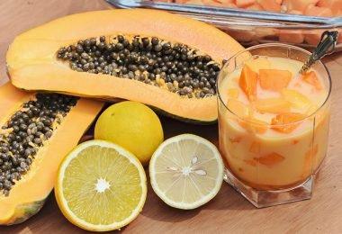 Ingredientes junto a la papaya para preparar un jugo que ayude a bajar de peso
