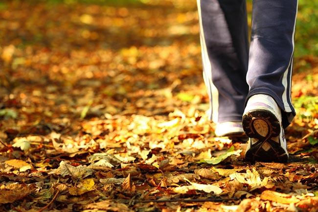 Hombre caminando solo por el parque