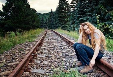 Una mujer en soledad triste por alguien que ha perdido