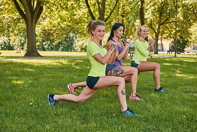 Mujeres realziando sentadillas en el parque para lograr unas piernas torneadas