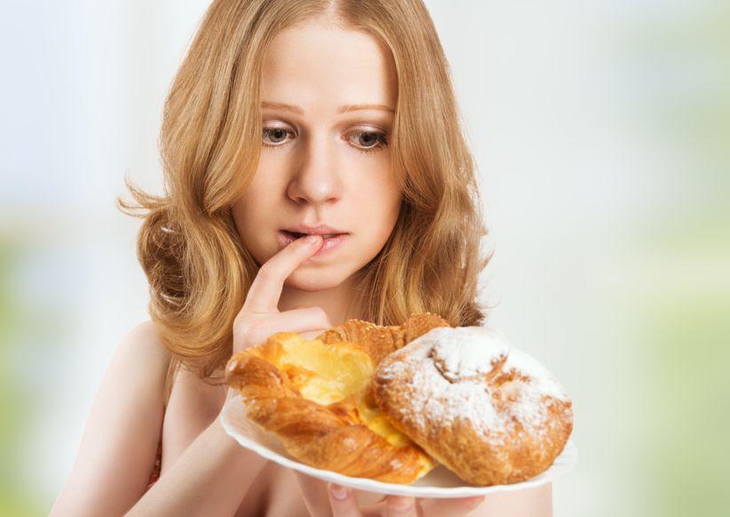 Mujer con antojos de comidas por haber saltado el desayuno