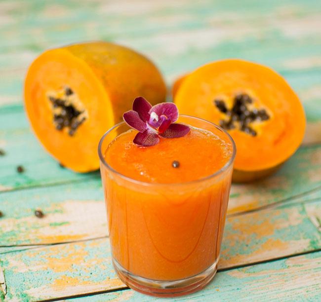 Un jugo de papaya preparado para tratar las uñas debilitadas