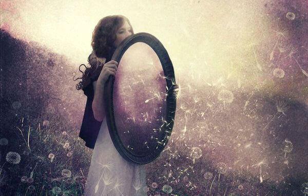 Mujer con un espejo viviendo en un cuento de hadas