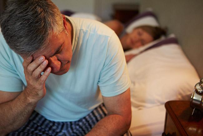 Hombre con problemas para dormir por la andropausia
