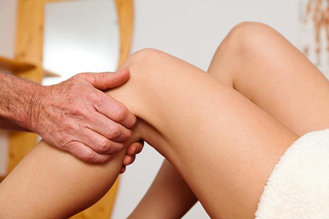 Realizando un drenaje linfático en las piernas para evitar las várices