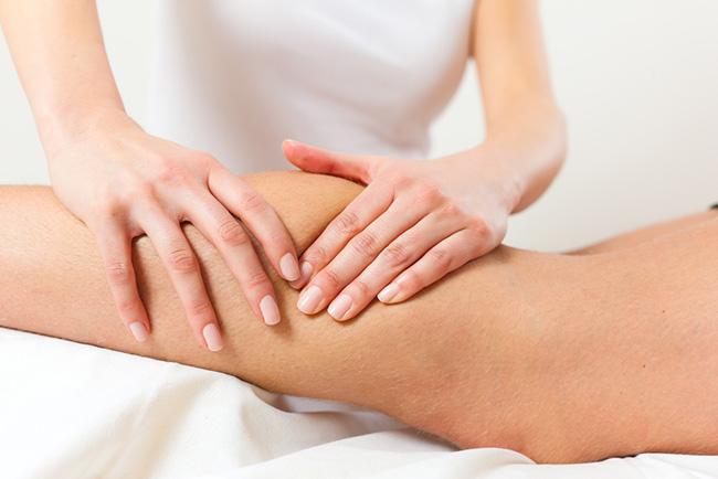Masajeando las piernas para activar la circulación y evitar las várices