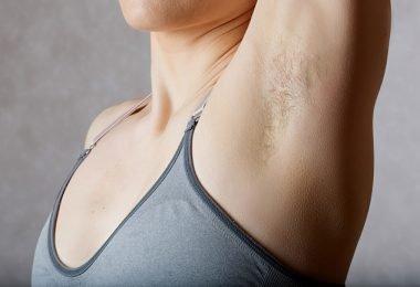 mujer mostrando sus axilas libres de hongos e infecciones