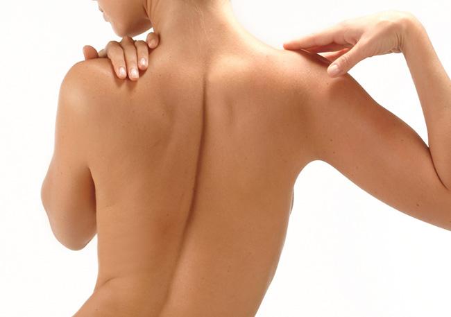 Los músculos de la espalda de una mujer que no lleva sostén