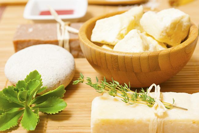 Trozos de manteca karité para aliviar la picazón en las axilas