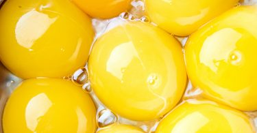 Yemas de huevo en una sartén que deben ser bien cocinados