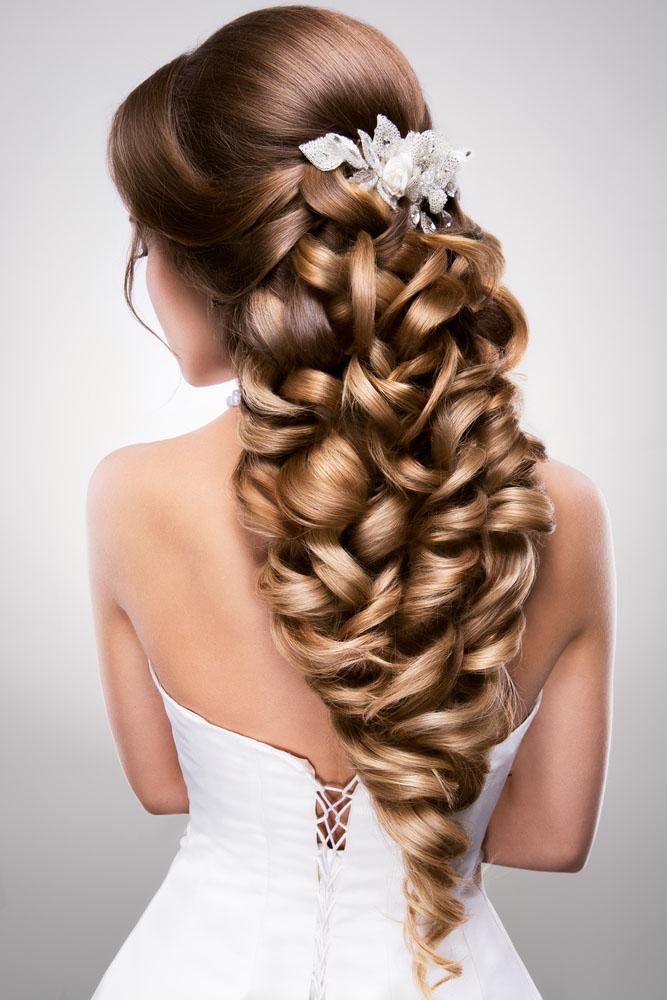 Novia luciendo una maxi trenza en su peinado para el día de la boda