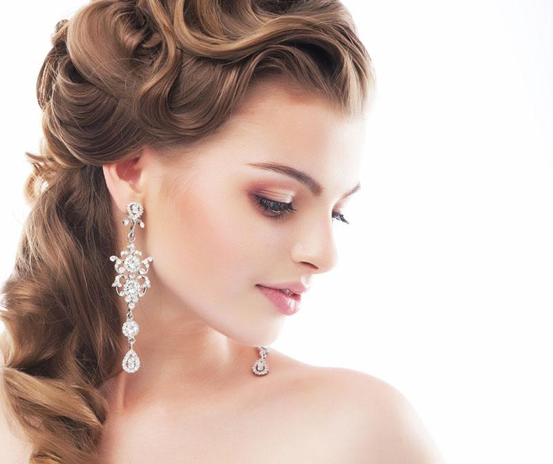 Una mujer joven que se va a casar luciendo un peinado con ondas vintage