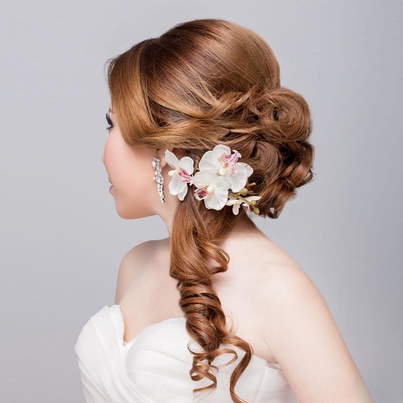 Peinados con bucles y flores son tendencias en los peinados de novia para el 2017