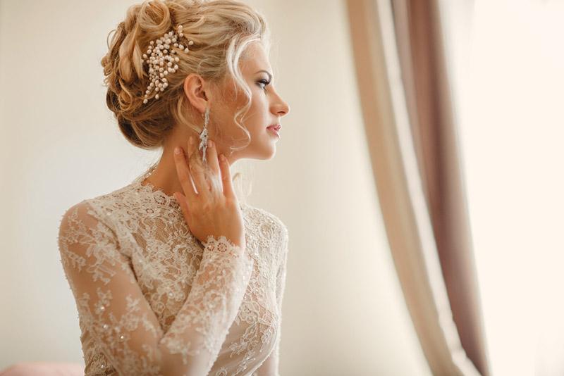 Una novia moderna luciendo un peinado despeinado