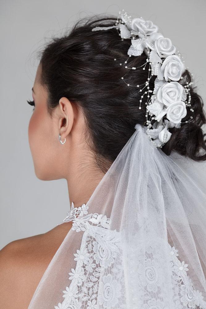 Mujer luciendo crestas de trenzas, uno de los peinados de novia más usados en el 2017