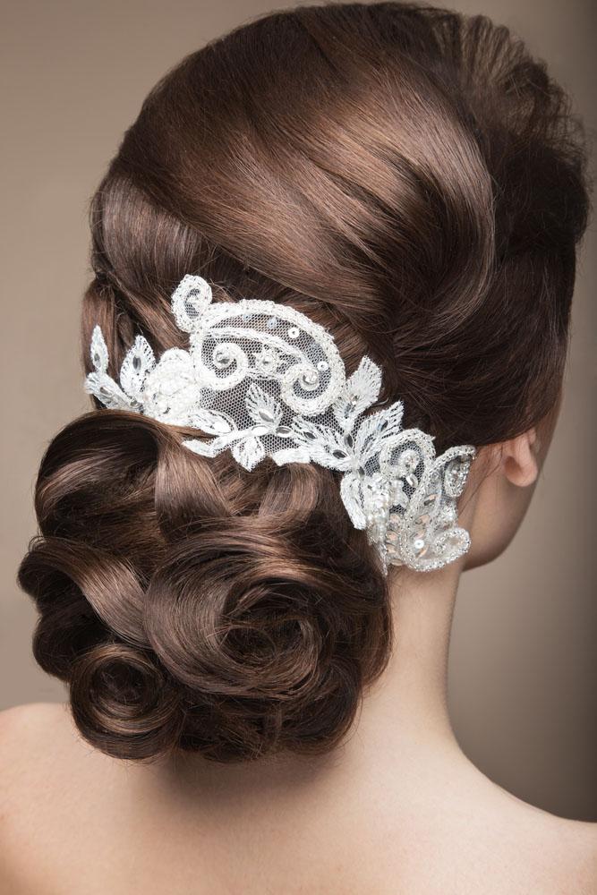 Los peinados de novia con encajes son tendencia, aquí vemos a una chica con bucles y encaje en su pelo