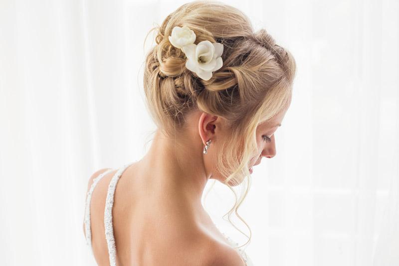 Una joven mujer luciendo un peinado de novia para su boda