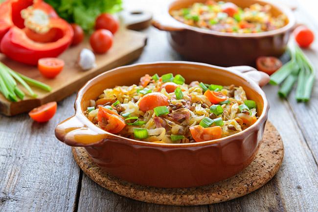 Ensalada vegana servida en un plato ondo