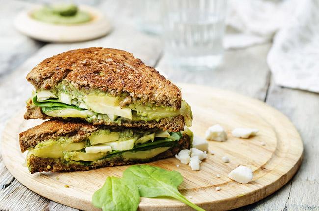 Prepara un sabroso sandwich de aguacate y habichuelas